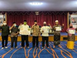 Achmad Serahkan Dana Senilai 1 Miliar Untuk Pesantren di Rohul