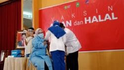 Ade Hartati Legislator Pertama Penerima Vaksin di Riau