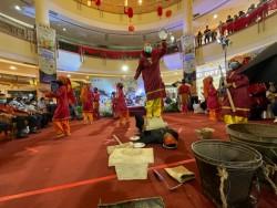Aksi Tari Losung Desa Ranah Sungkai Kampar Pukau Pengunjung Mall SKA