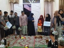 Anggota DPR Aceh, Nova Zahara, Salurkan Paket Lebaran