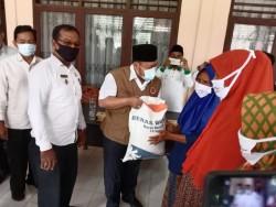 Bupati Kampar Serahkan Bansos Bantuan PKH Kemensos Kepada KPM di Kecamatan Bangkinang