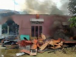 Diduga Karena Hubungan Pendek Arus Listrik, 2 Rumah Permanen di Tambang Kampar Terbakar