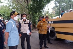 Gubri dan Wagubri Tinjau Perbaikan Jalan Petapahan, Minta Siapkan Petugas Jaga