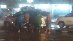 Hujan Kembali Guyur Kota Medan, Dua Mobil Tersangkut di Median Jalan Gatot Subroto