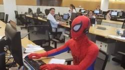 Ingin Berkesan, Pria Ini Pakai Kostum Spider Man di Hari Terakhir Bekerja