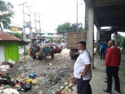 Jalankan Instruksi Walikota, DLHK Pekanbaru Bersihkan Sampah di Empat Pasar