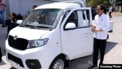 Jokowi Minta Benci Produk Luar Negeri, Roy Suryo: Kenapa Tidak Naik Esemka?