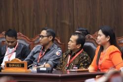 MK Menolak PHPU Partai Nasdem dan PDI P Provinsi Riau