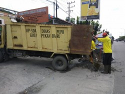 Pasukan Kuning PUPR Pekanbaru Minta Kerjasama Warga Dengan Tidak Buang Sampah Ke Parit