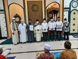 Pemko Pekanbaru Serahkan SK 96 Orang Imam Masjid Paripurna