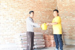 Repol Bantu Bangun Kembali Rumah Warga Palung Raya Yang di Hantam Puting Beliung