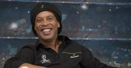 Ronaldinho Berikan 7 Ribu Sertifikat untuk Pesepak Bola Cilik di Sumsel