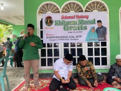 Rumah Sosial HB Gelar Khitan Massal di Rumah Orang Tua Habiburahman