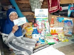 Rumah Yatim Berikan Bantuan Untuk Nenek Nurhayati Lansia Pekerja Keras