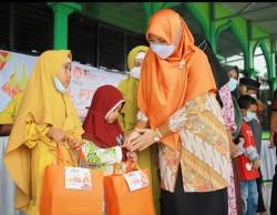 Sambut Lebaran, Arnita Sari Berikan Bingkisan untuk Anak Yatim di Pekanbaru